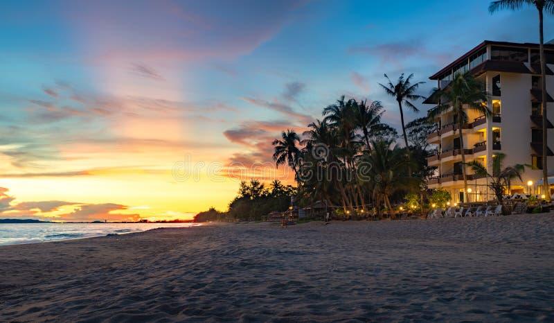 Rayongstrand met zonsondergang stock fotografie