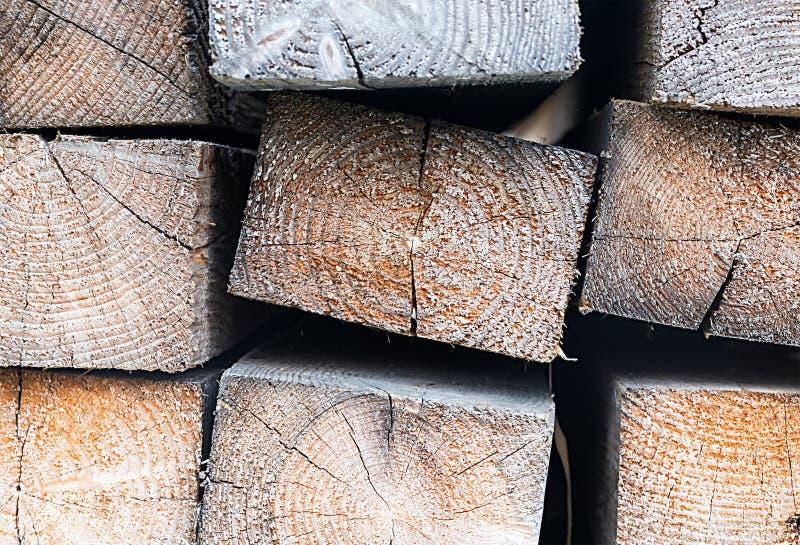 Rayonne la rangée du plan rapproché rectangulaire en bois de pile de rondin avec une construction sans heurt de fond de coupe images libres de droits