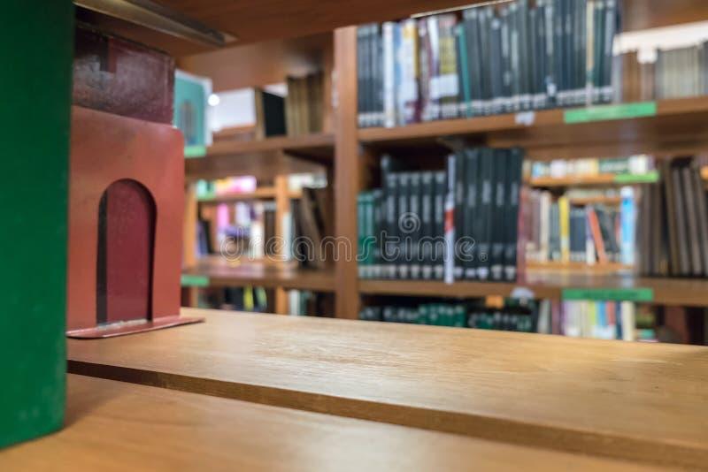 Rayonne le bois que beaucoup réservent la sorte empilée sur l'étagère en bois photos libres de droits