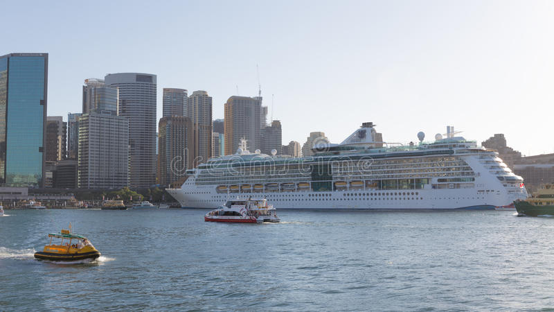 Rayonnement de bateau de croisière de Sydney des mers image stock
