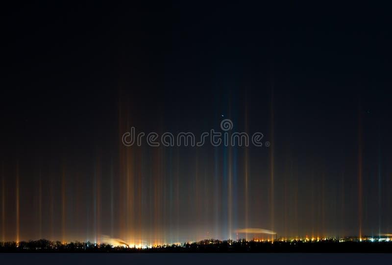 Rayonnement multicolore dans l'atmosphère un phénomène naturel image stock