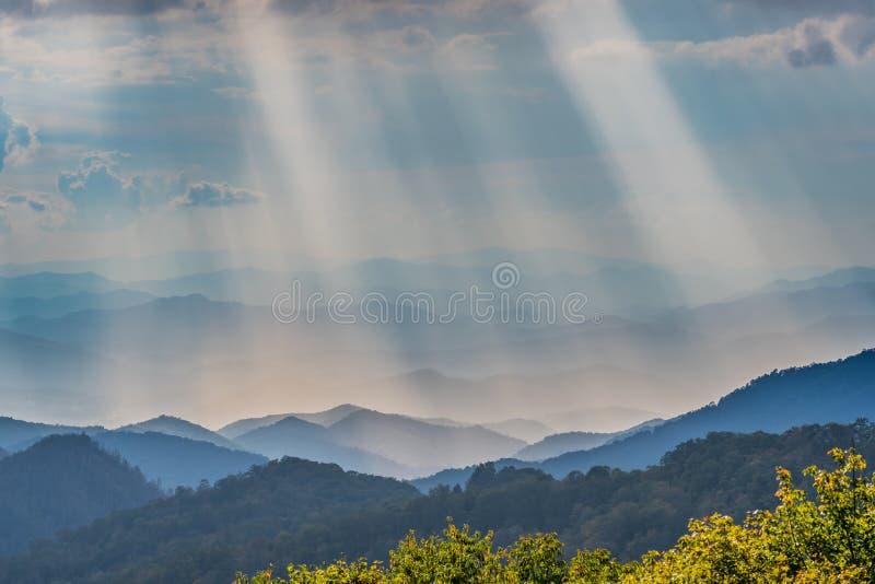 Rayons d'éclat de Sun au-dessus de Ridge Mountains bleu image libre de droits