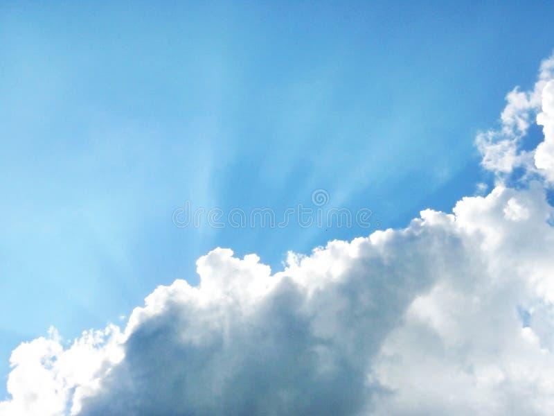 Rayons de ciel bleu et de soleil photos stock