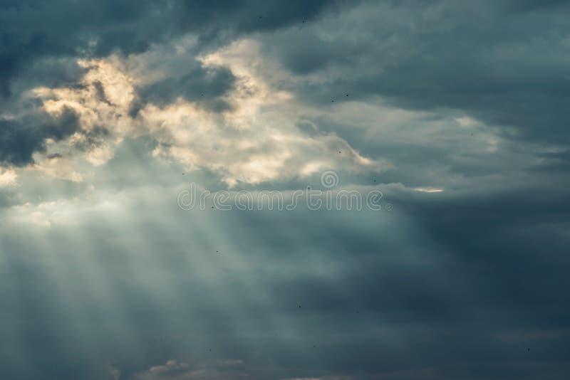 Rayons de ciel nuageux et de soleil de belle tempête foncée photos stock