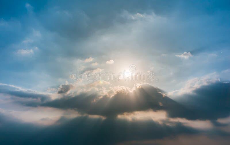Rayons de lumière brillant par des nuages image stock