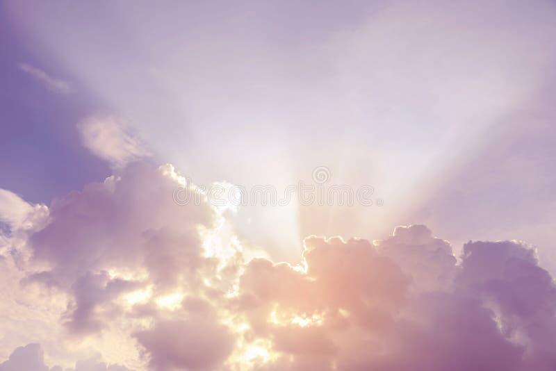 Rayons de lumière brillant par des nuages images libres de droits