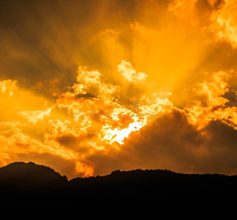 Rayons de lumière brillant par les nuages foncés image libre de droits