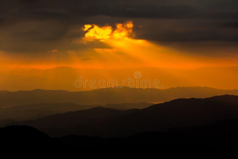 Rayons de lumière brillant par les nuages foncés photos libres de droits