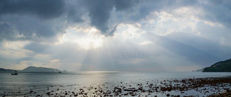 Rayons de lumière brillant par les nuages foncés Ciel dramatique avec le nuage images stock