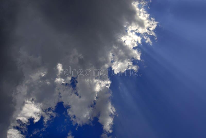 Rayons de lumière en ciel bleu photographie stock