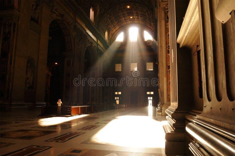 Rayons de lumière illuminant la basilique de rue Peters photos stock