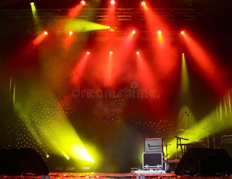 Rayons de lumière lumineux sur l'étape photos stock