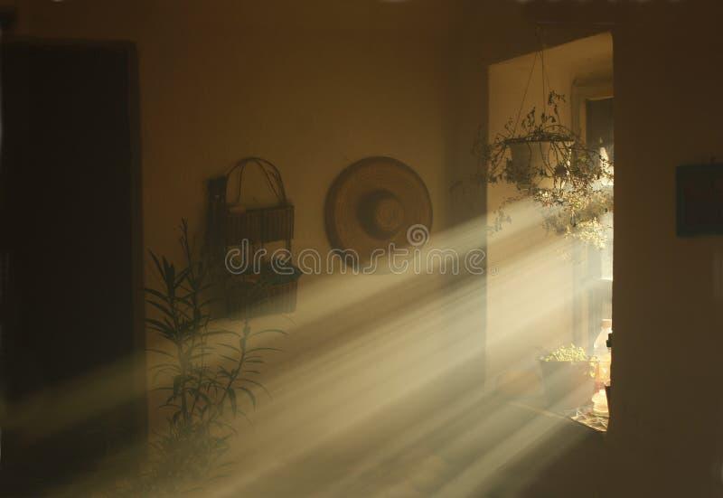 Rayons de lumière venant d'une fenêtre dans une vieille maison de campagne images libres de droits