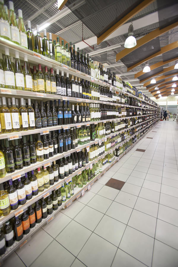 Rayons de magasin d'Italien de bouteilles de vin image libre de droits