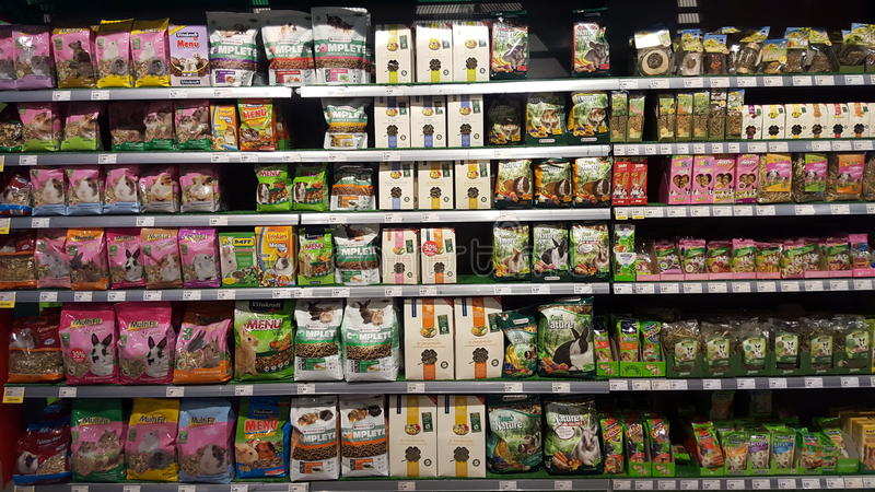 Rayons de magasin emballés avec la nourriture pour des rongeurs d'animaux photo libre de droits