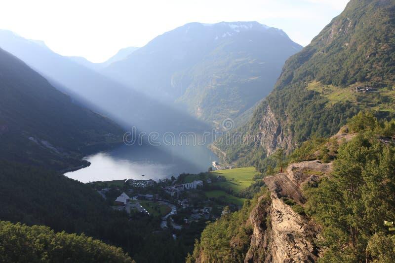 Rayons de soleil dans le fjord de Geiranger image libre de droits