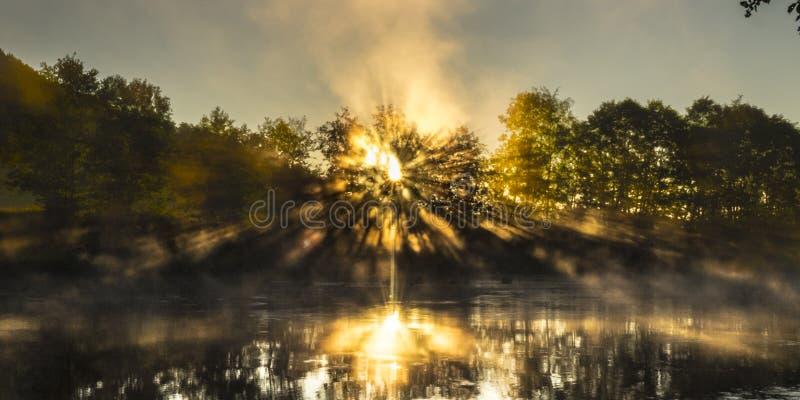 Rayons de soleil et rivière chaude et humide photographie stock