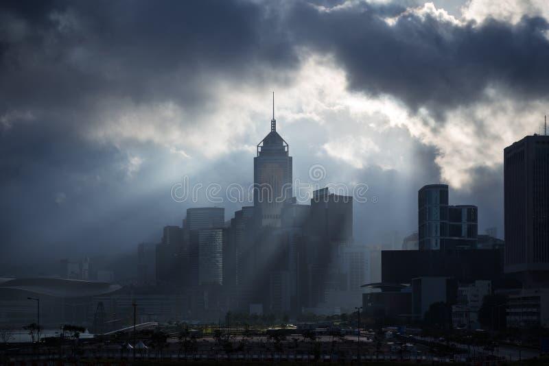 Rayons de soleil et silhouette d'une ville images stock