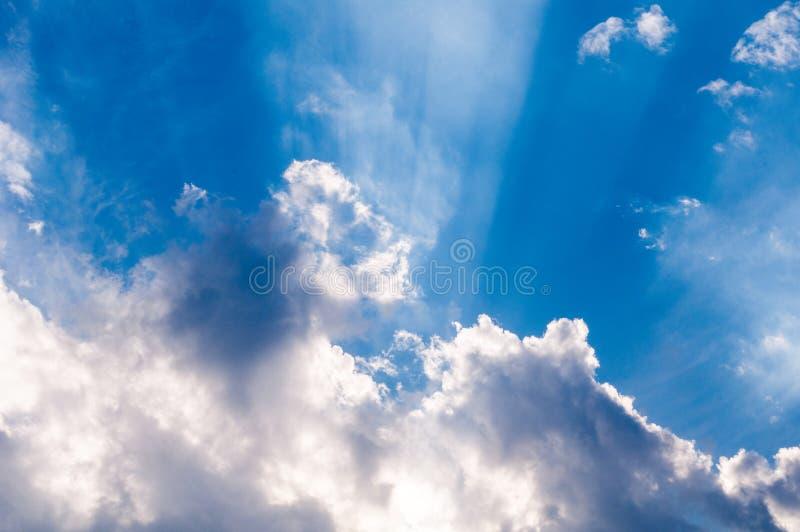 Rayons de soleil merveilleux par les nuages, papier peint pour le bureau photo stock