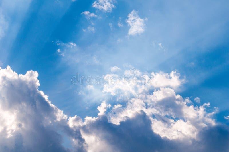 Rayons de soleil merveilleux par les nuages, papier peint pour le bureau photos libres de droits