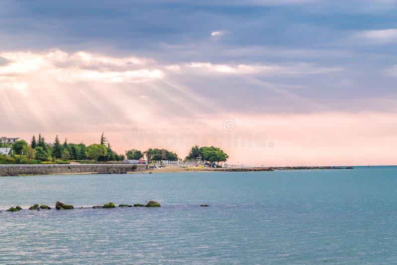 Rayons de soleil ou rayons du soleil à un lever de soleil sur une plage en Sunny Beach sur la côte de la Mer Noire de la Bulgarie photographie stock