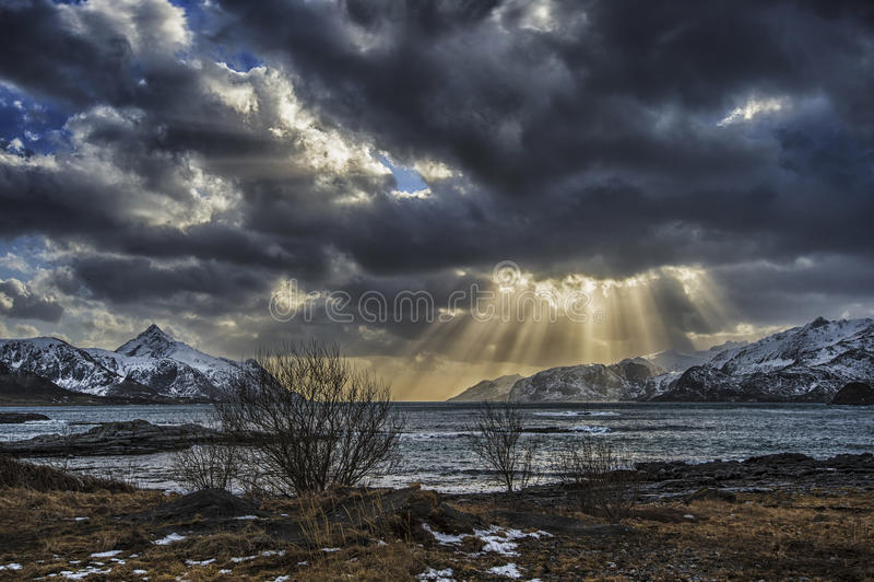Rayons de soleil par des nuages images stock