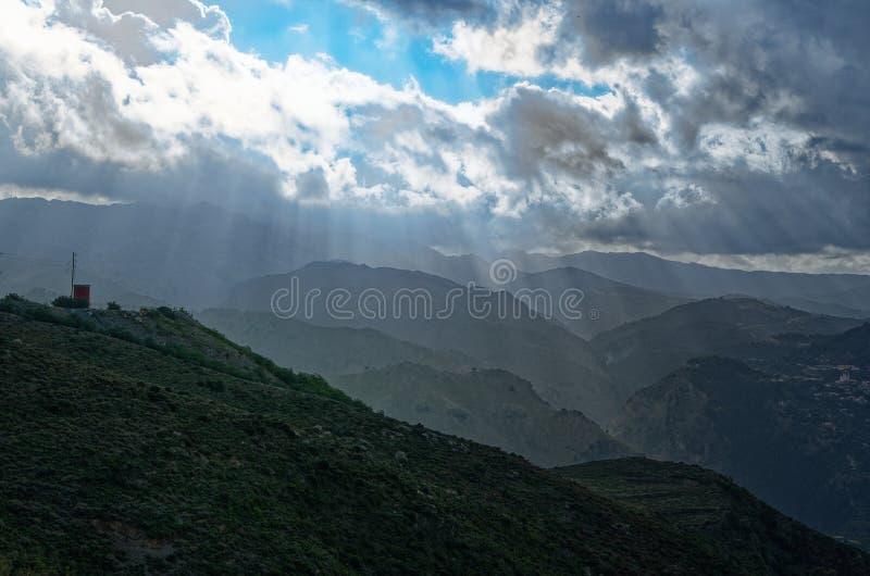 Rayons de soleil par des nuages au-dessus des montagnes Île de la Grèce de Chania images stock