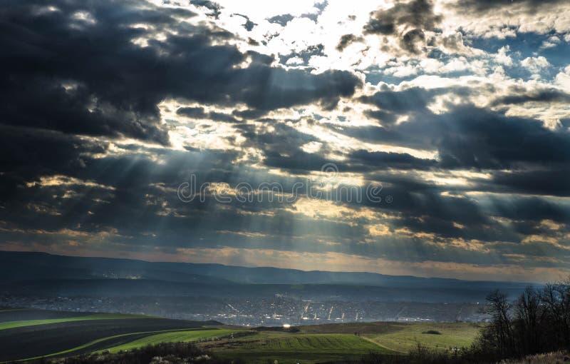 Rayons de soleil par les nuages image stock