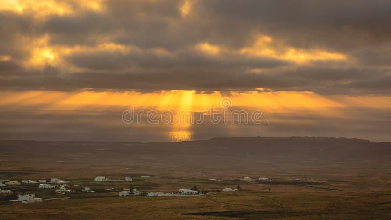 Rayons de soleil pendant le lever de soleil de la montagne Guanapay à Teguise, Lanzarote photo stock