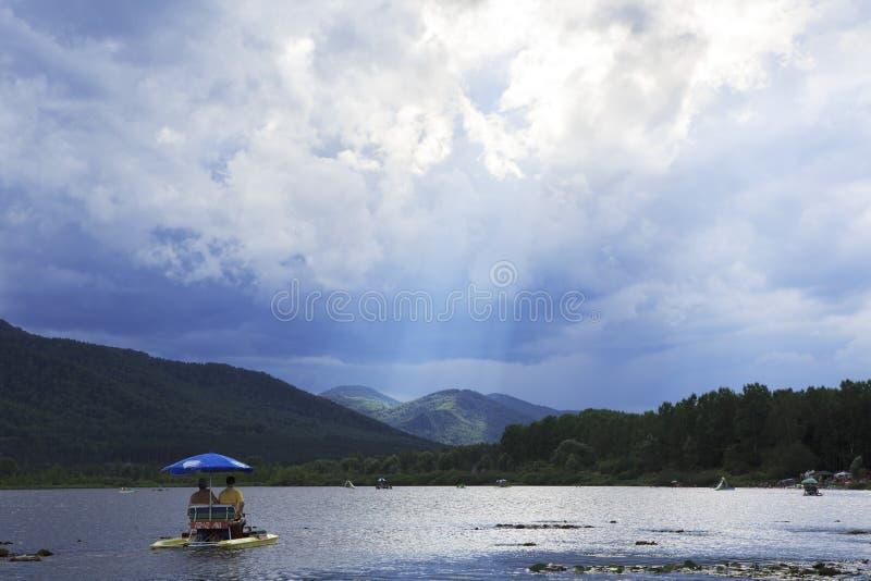 Rayons de soleil traversant les nuages de tempête image stock
