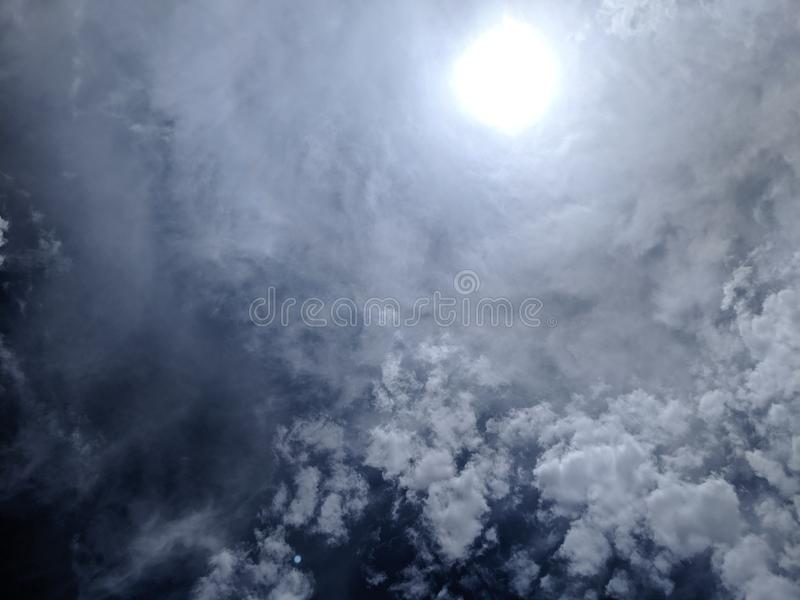 Rayons de Sun par Misty Clouds photo stock