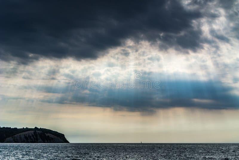 Rayons de Sun sur le ciel nuageux foncé photographie stock libre de droits