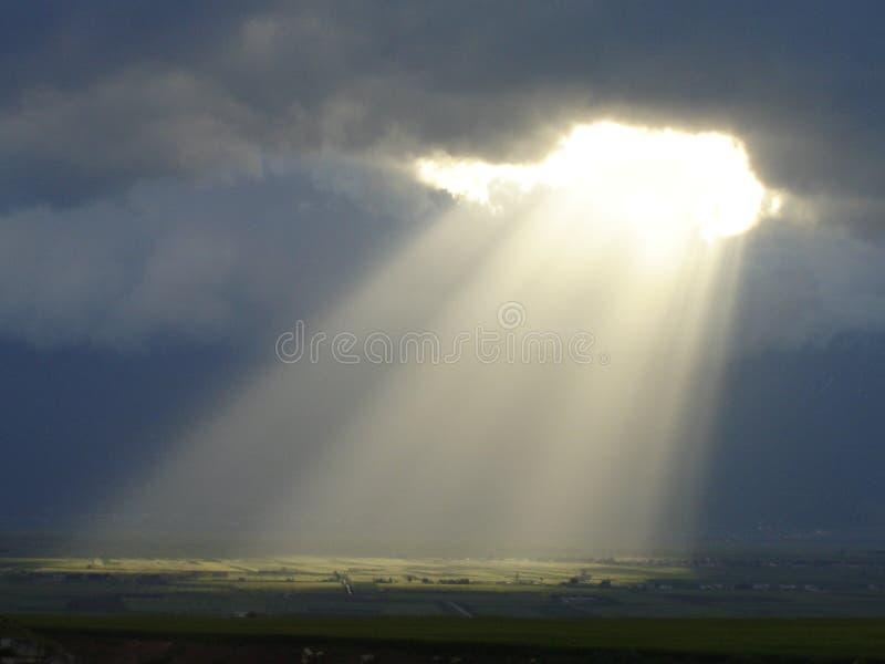 Rayons de Sun tombant par les nuages photographie stock libre de droits