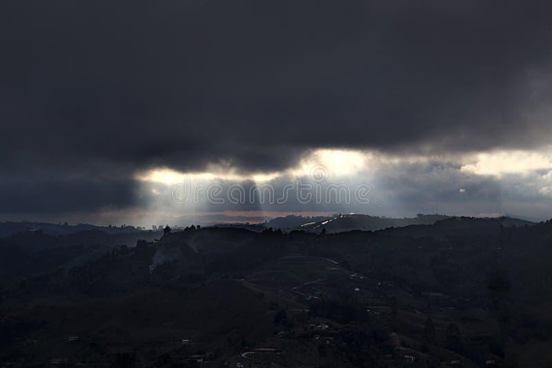 Rayons des nuages brillants d'obscurité de throug de lumière photographie stock libre de droits