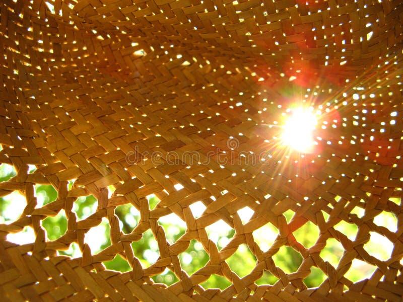 Rayons du soleil dans un chapeau de paille image stock