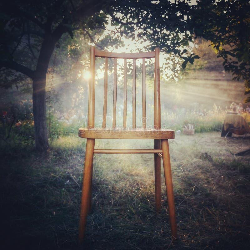 Rayons et chaise de Sun dans le premier plan image libre de droits