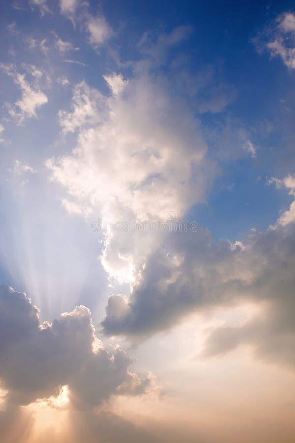 Rayons et nuages de lumière du soleil sur le ciel images stock