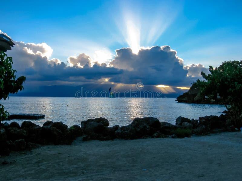 Rayons légers au-dessus de mer tropicale photo stock