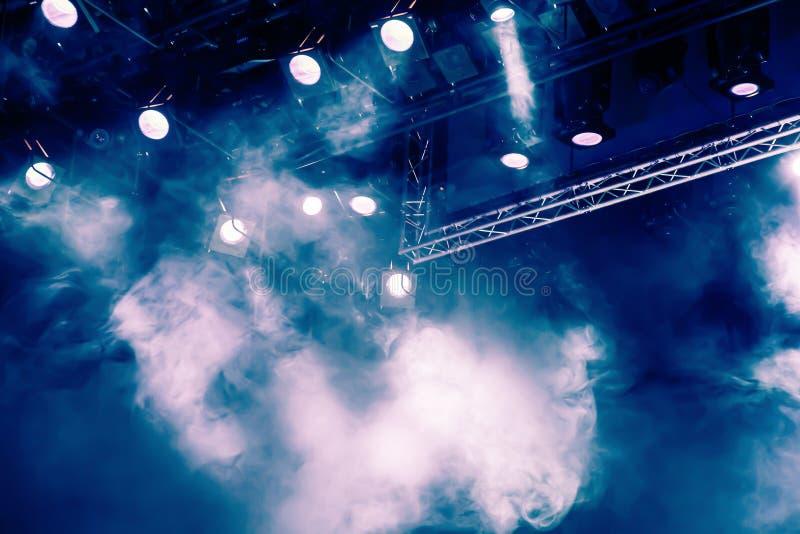 Rayons légers bleus du projecteur par la fumée au théâtre ou à la salle de concert Matériel d'éclairage pour une représentation o image stock