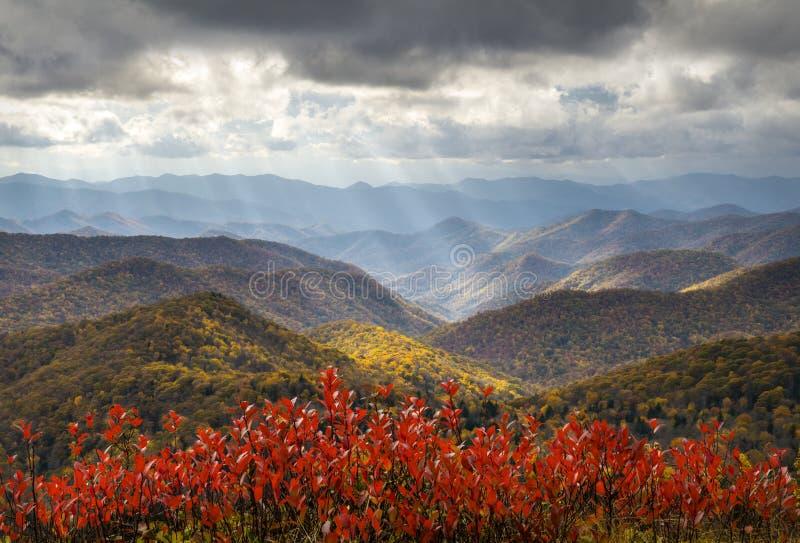 Rayons légers crépusculaires de feuillage scénique d'Autumn Blue Ridge Parkway Fall images libres de droits