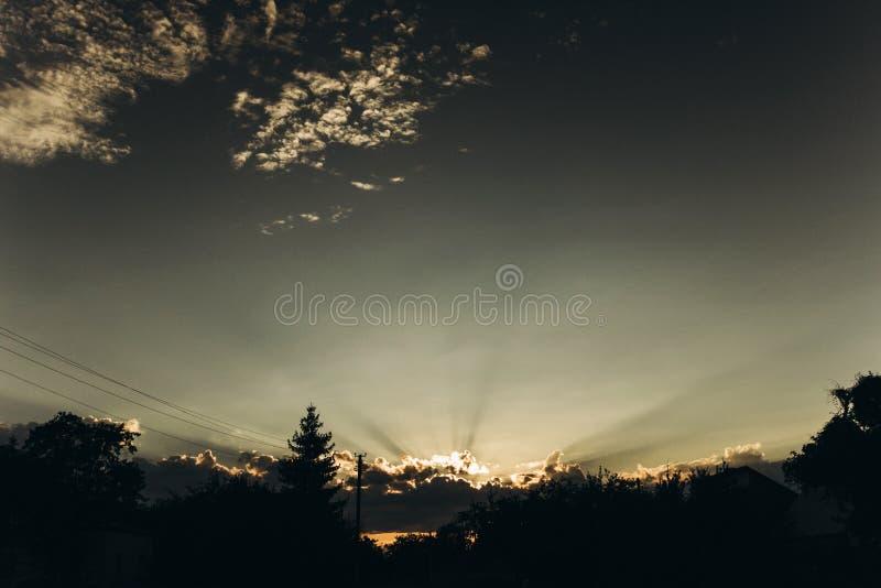 Rayons légers de beau coucher du soleil par des nuages en ciel en été Atmosphère images libres de droits