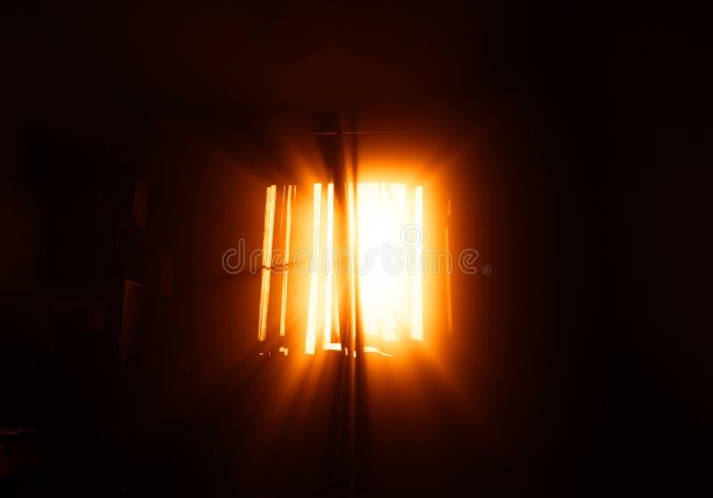 Rayons légers dramatiques de fond de fenêtre de pièce images stock