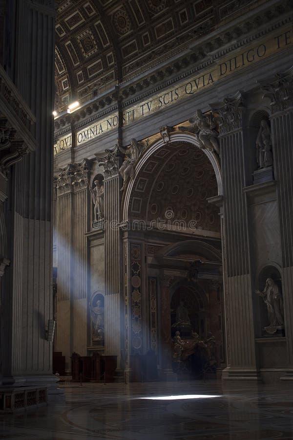 Rayons légers entrant dans la basilique de rue Peter photos libres de droits