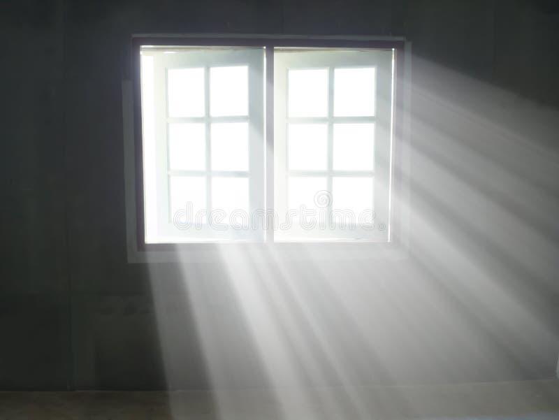 Rayons légers par la fenêtre de passage dans le salon photographie stock