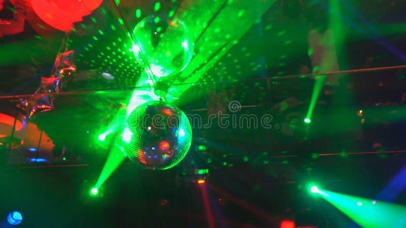 Rayons laser et brouillard multicolores dans la d?marche fonc?e d'un point photographie stock libre de droits