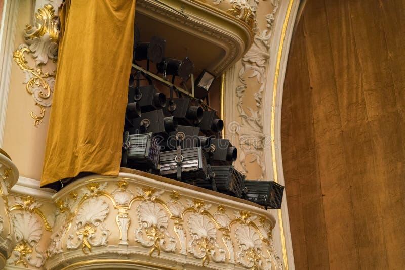 rayons lumineux dans le théâtre photo libre de droits