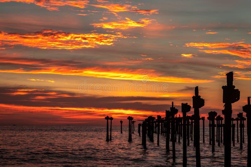Rayons oranges sur le nuage sur l'horizon image libre de droits