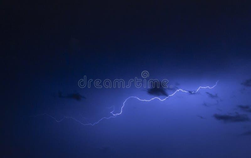 Rayons pendant la nuit images libres de droits