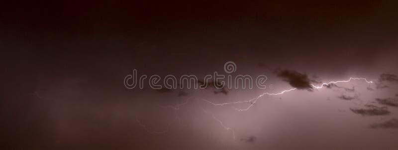 Rayons pendant la nuit photographie stock libre de droits