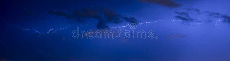 Rayons pendant la nuit image stock